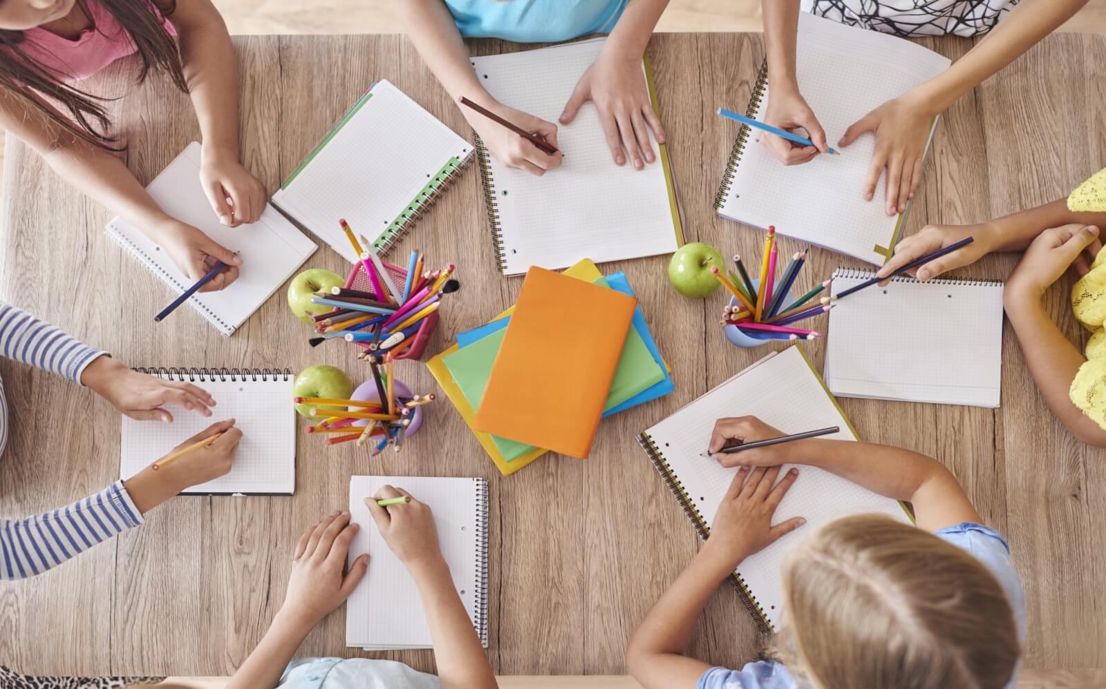 enfants autour de la table d'école